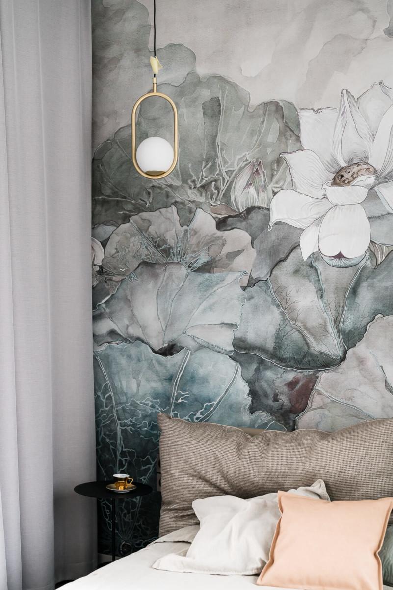 Sypialnia z tapetą w kwiaty od Wall & Deco | proj. Magma