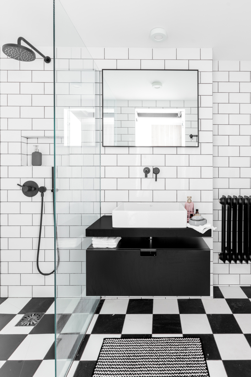 Czarno - biała łazienka   proj. Lokal Studio