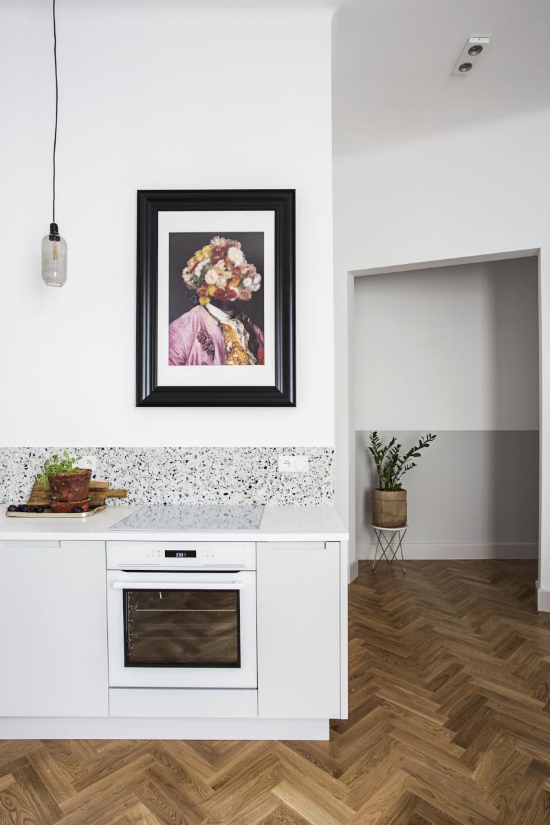 Ściana nad blatem w kuchni w lastryko | proj. OIKOI, zdj. Martyna Rudnicka