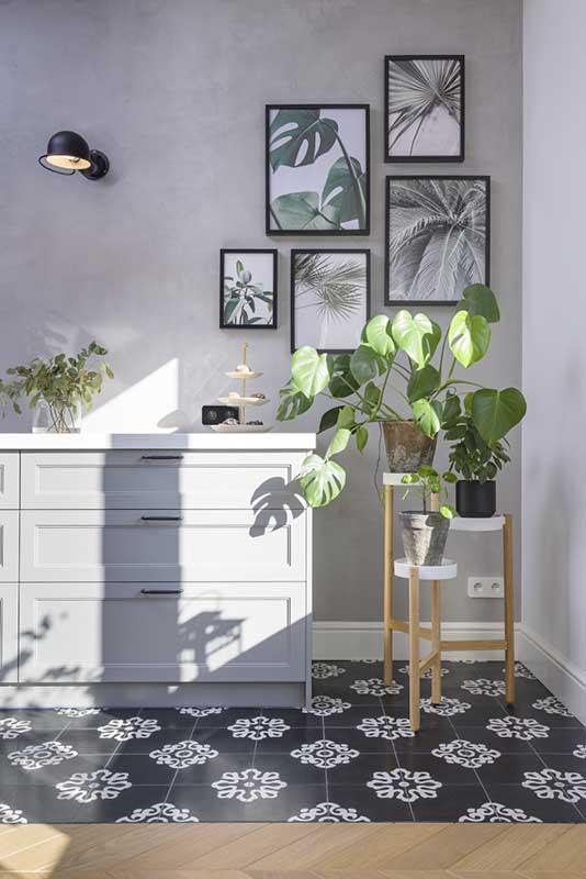 Domowa galeria w stylu urban jungle w szarej kuchni | proj. Eg Projekt