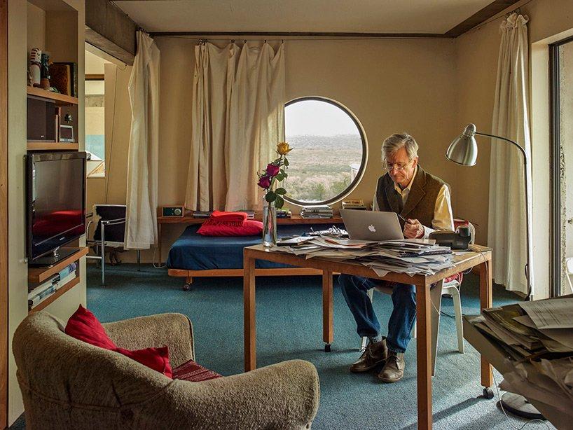 Jeff Stein, architekt i współprzewodniczący fundacji Cosanti, pracuje w swoim mieszkaniu