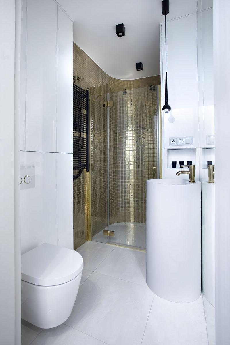 Biało - złota strefa wc | proj. Kaza Interior Design