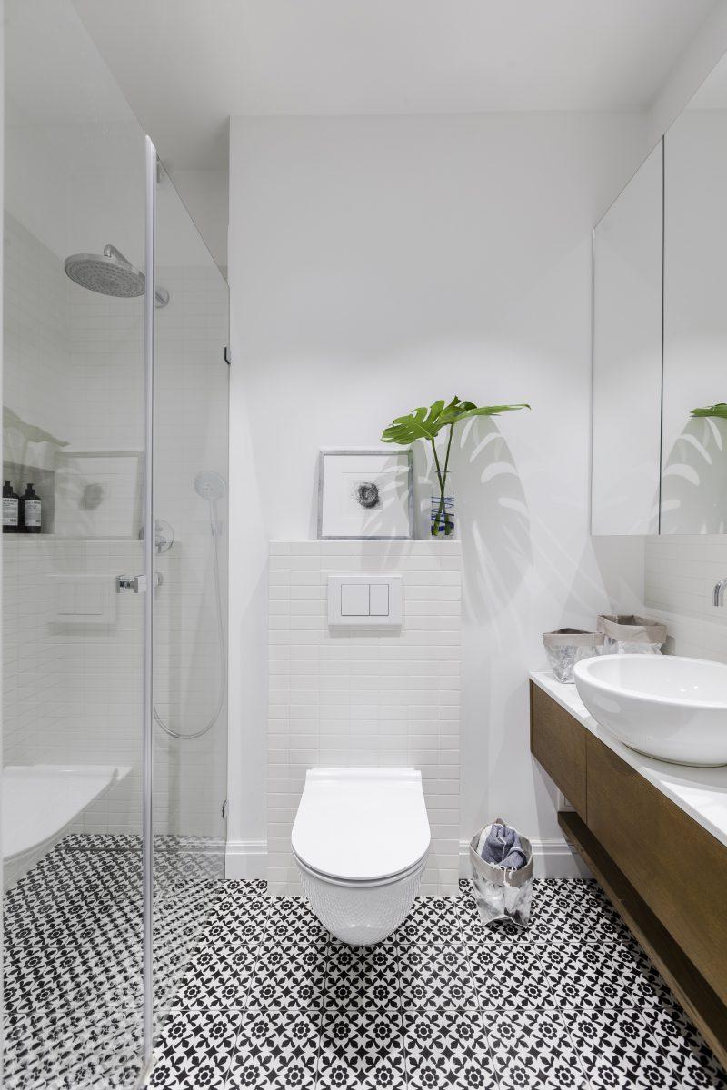 Strefa wc z wzorzystą podłogą | proj. KW Studio