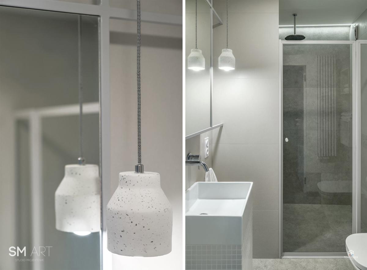 Lampa w lastryko w łazience wg projektu SMart Studio Projektowe (zdj. Tom Kurek)