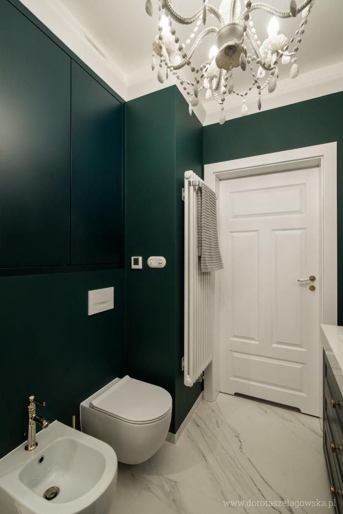Toaleta w dodatkiem marmuru, złota i butelkowej zieleni | proj. Dorota Szelągowska