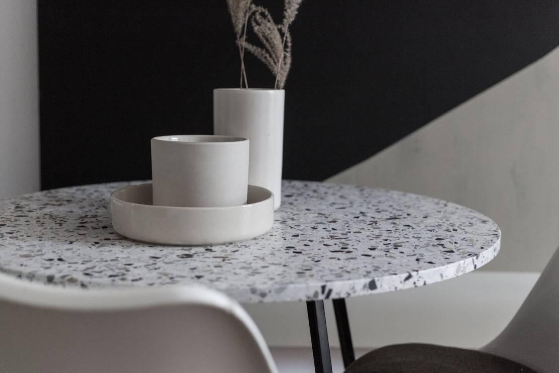 Stół z blatem terrazzo w mini jadalni