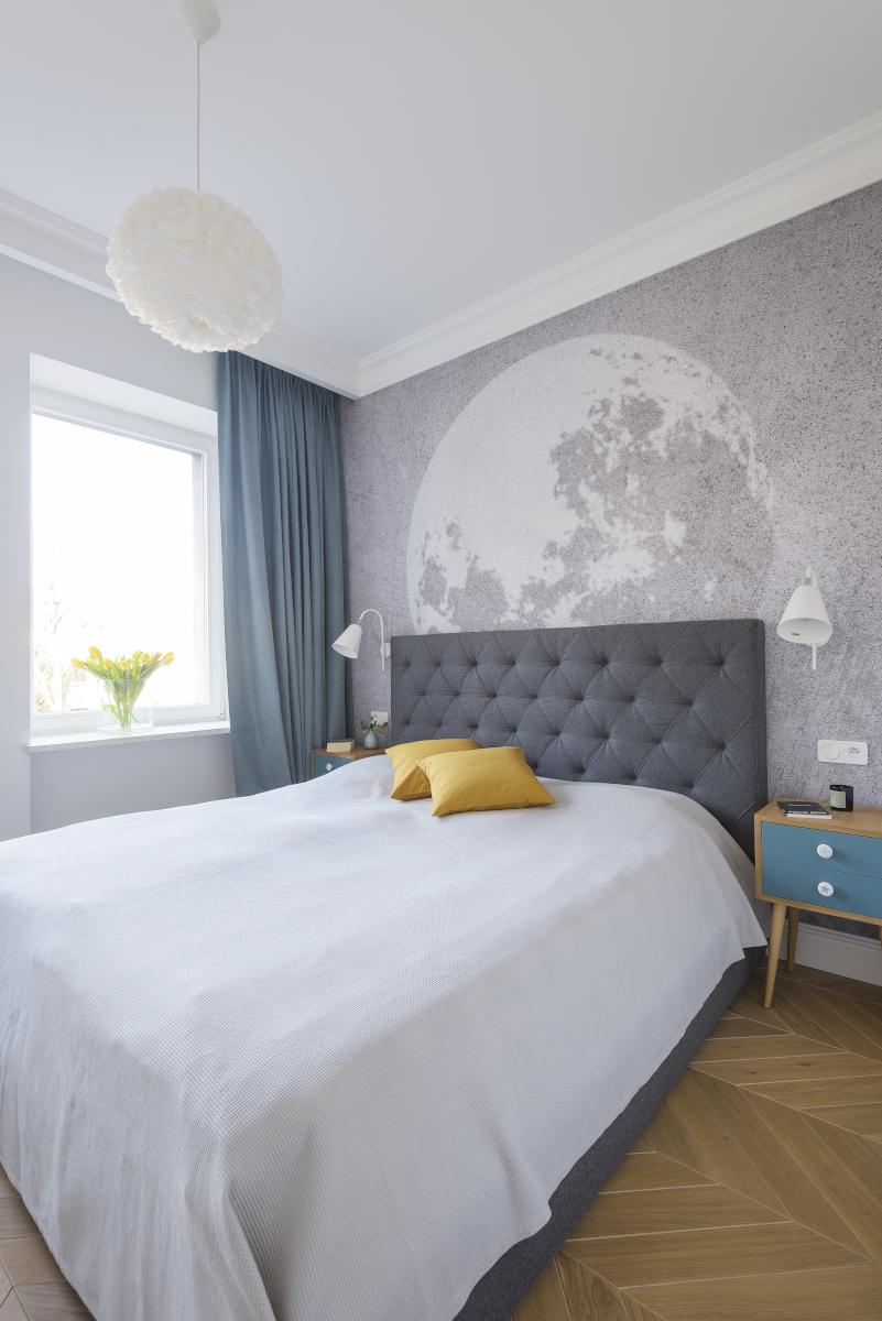 Sypialnia z fototapetą na ścianie za łóżkiem | proj. EG Projekt