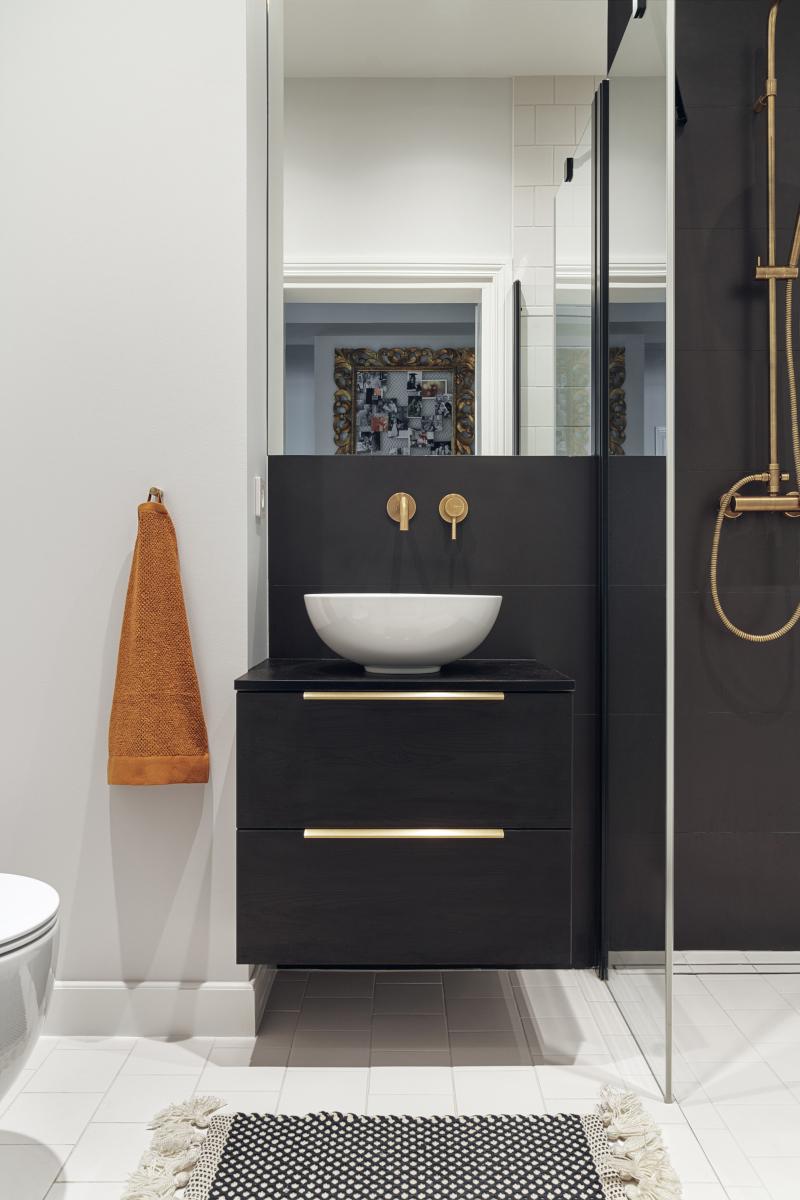 Strefa wc z umywalką Emporio marki HushLab | proj. luumo., zdj. Tom Kurek