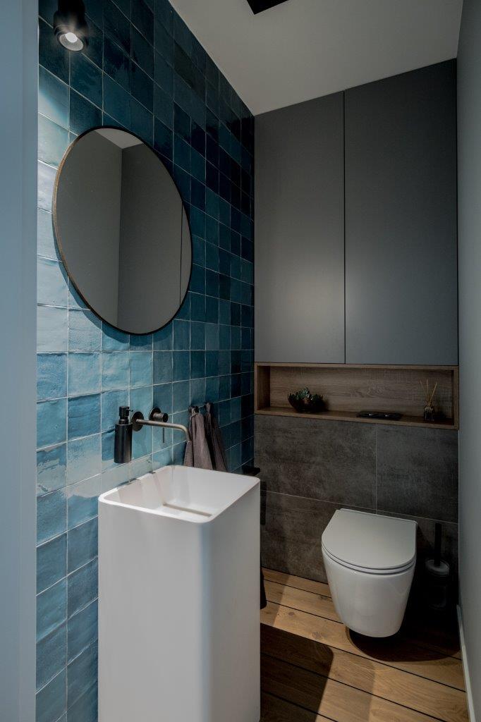 Miska wc marki HushLab w projekcie małej toalety (proj. Jacek Tryc)