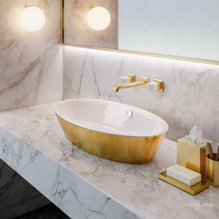 Złota umywalka Catalano w projekcie marmurowej łazienki