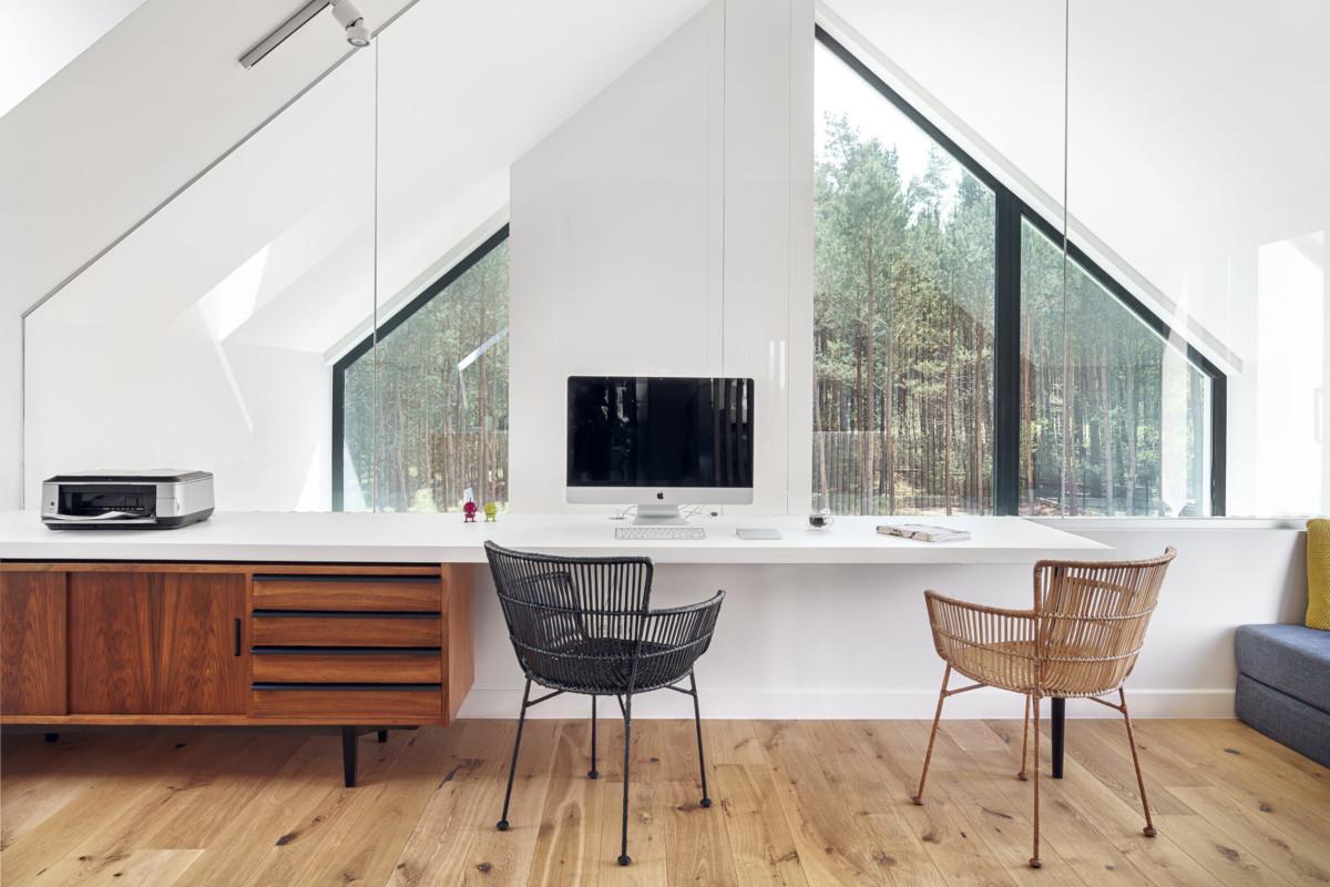 Duże okna z widokiem na naturę wpływają na komfort spędzania czasu w domu   proj. formativ, zdj. Tom Kurek