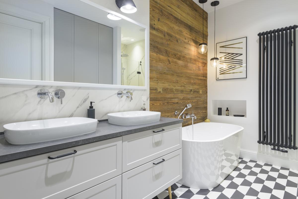 Ściana za wanną w łazience z porozbiórkowych desek   proj. EG Projekt