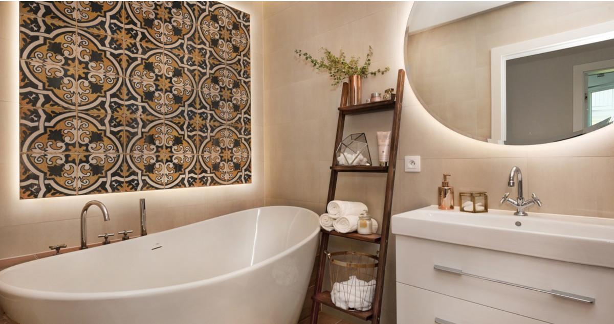 Stwórz wyjątkowy klimat w łazience za pomocą podświetlanego lustra