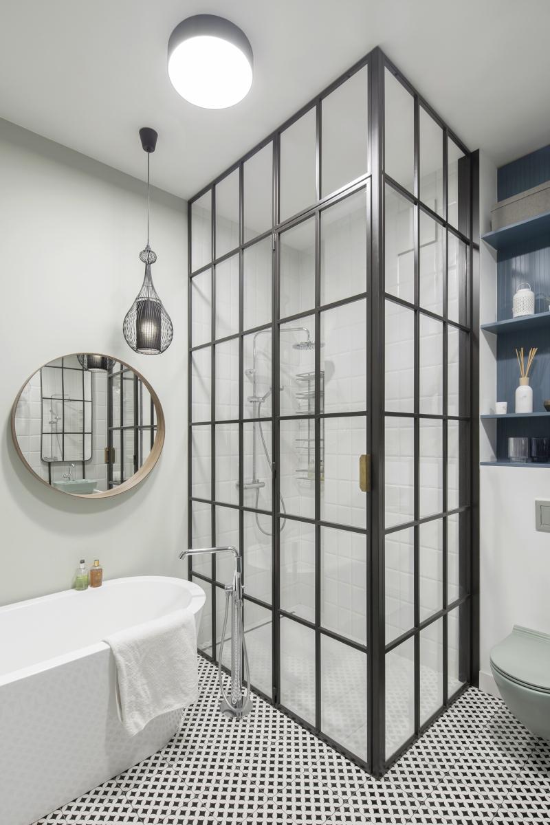 Łazienka z industrialnym przeszkleniem