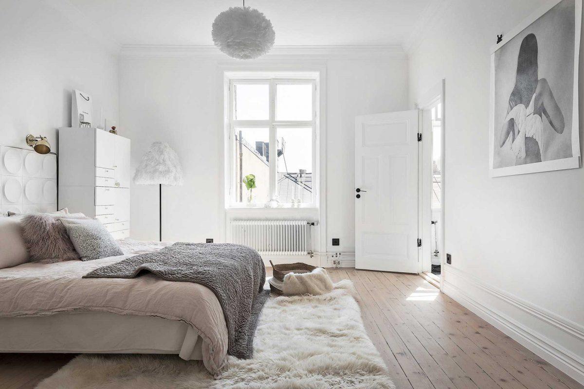 Płytki WOW na ścianie za łóżkiem w sypialni