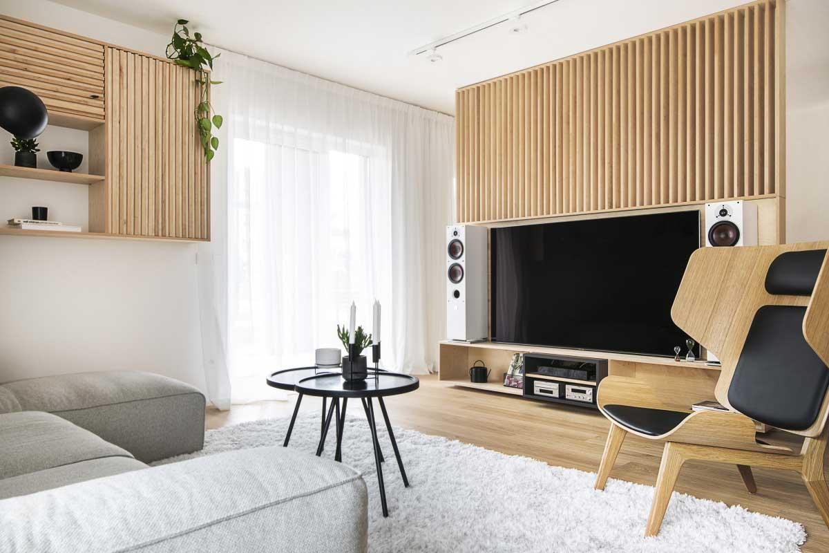 Drewniane panele  na ścianie telewizyjnej  - projekt wnętrza Na Antresoli