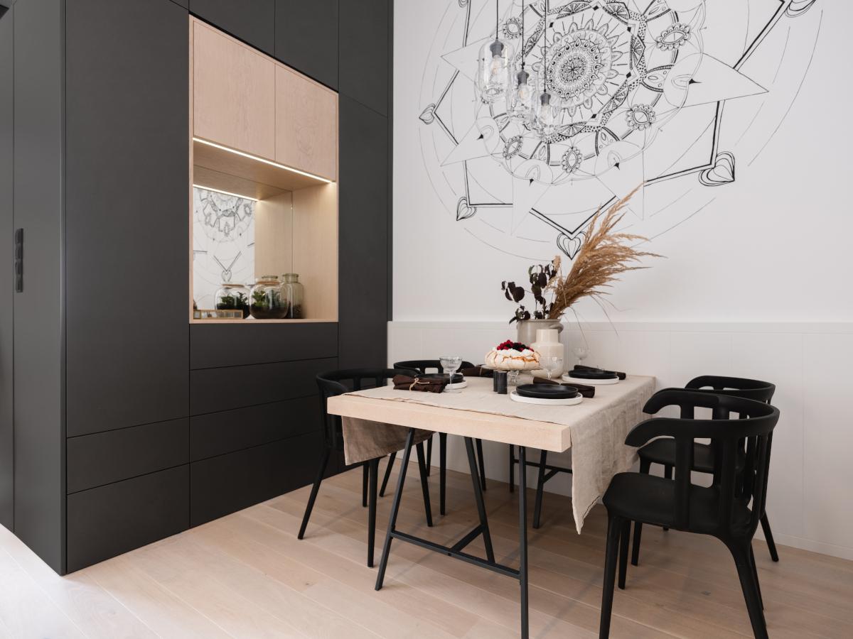 Ręcznie malowana mandala w jadalni podkreśla gościnny charakter mieszkania