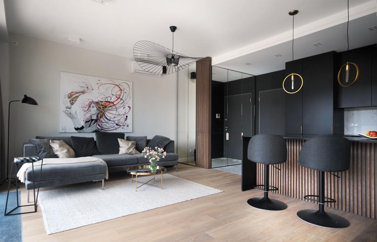 Stylowe mieszkanie 50 m2 z czarną kuchnią i złotymi detalami | proj. Soma Architekci