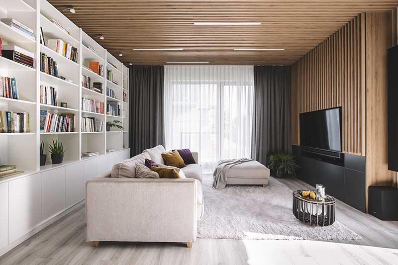 Drewniane panele  na ścianie telewizyjnej