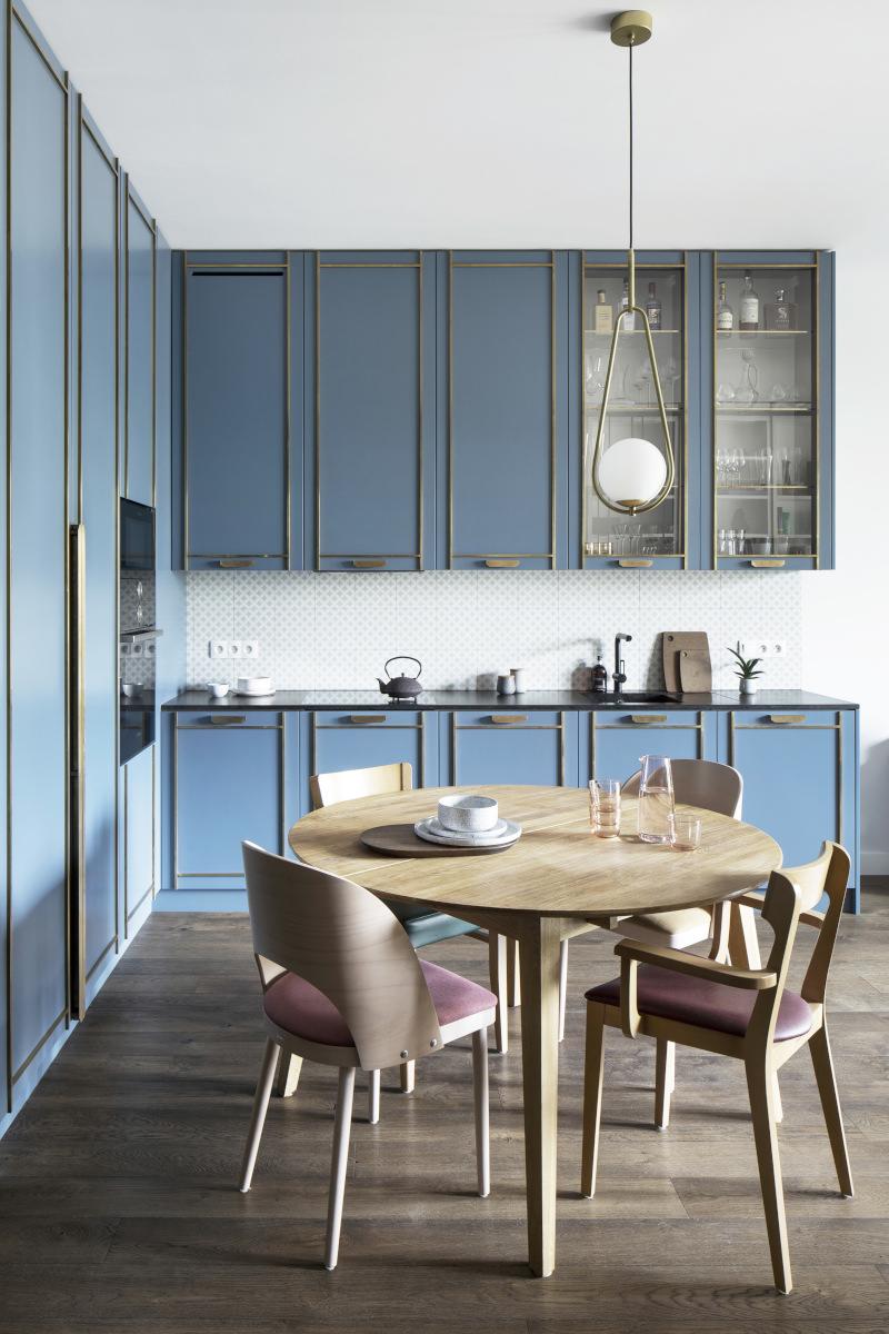 Niebieska kuchnia ocieplona drewnem