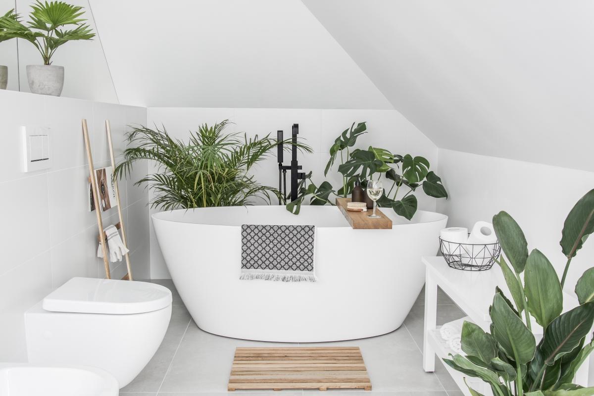 Żywa roślinność jest bardzo mile widziana w łazienkach urządzonych w eko stylu (źródło: @tam_i_tu)