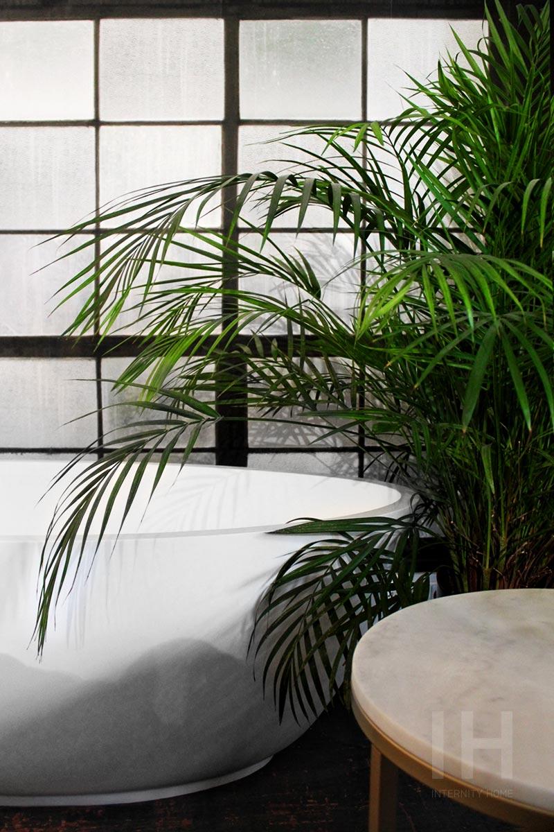 Wanna wolno stojąca przypomina naturalny zbiornik wodny (na zdjęciu wanna polskiej marki HushLab)