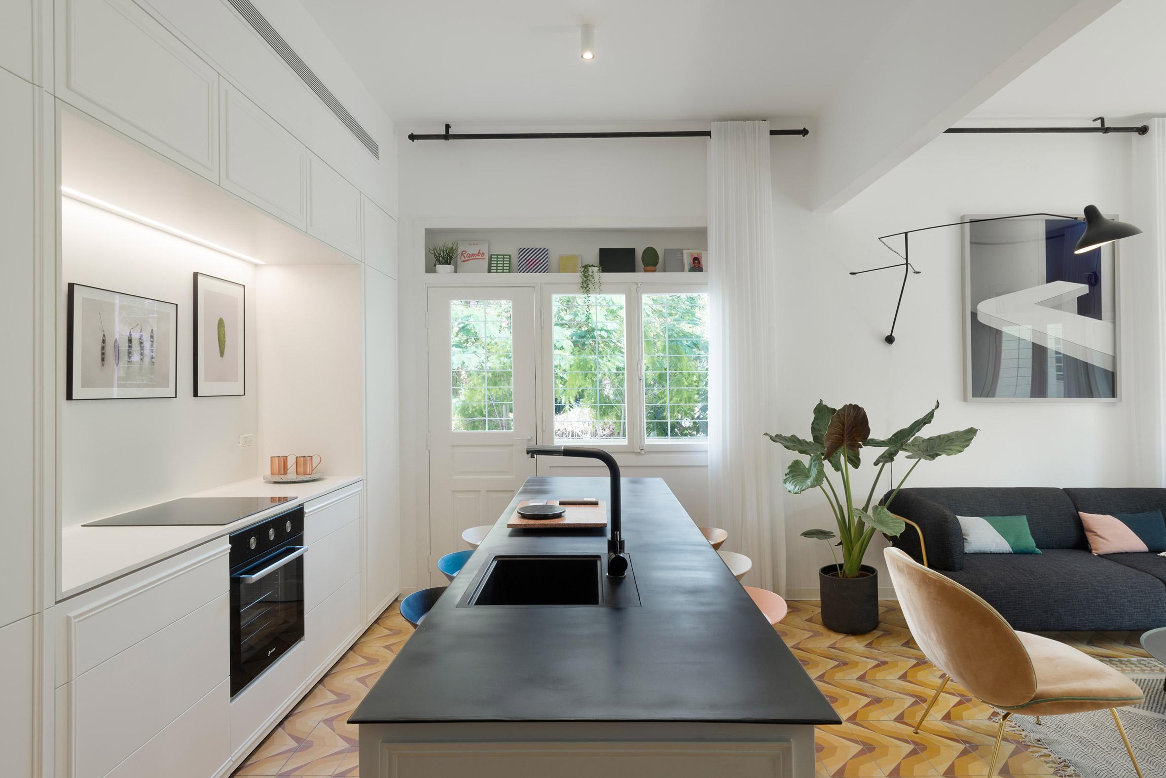 Mieszkanie Bauhaus z lat 30. XX wieku zostaje pięknie odnowione w Tel Awiwie