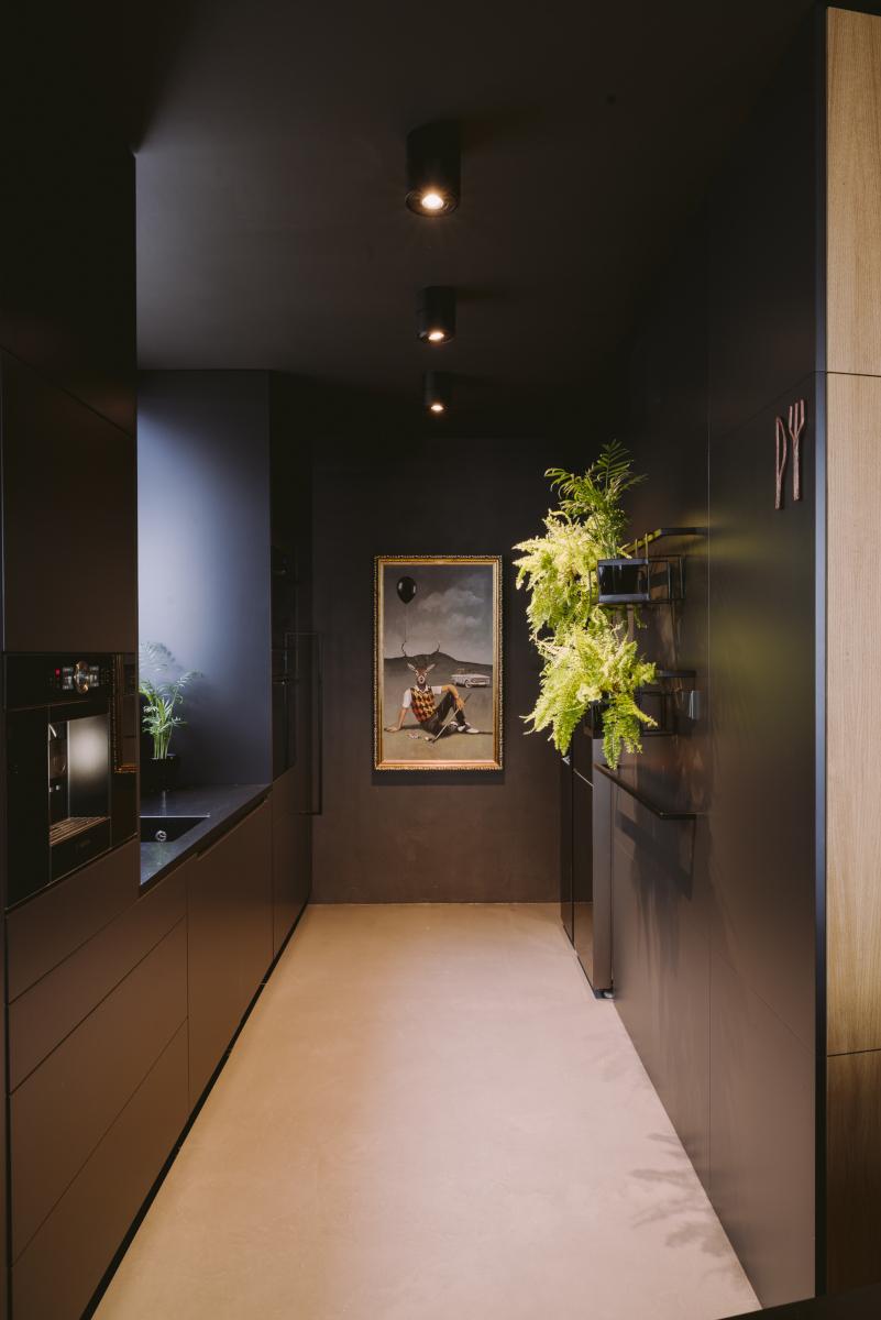 betonowa wylewka w czarnej kuchni