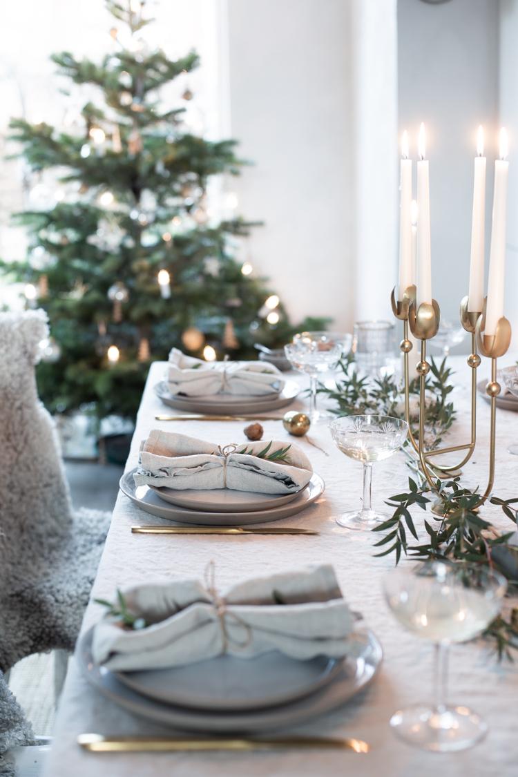 Świąteczne nakrycie stołu z elementami złota | źródło: Pinterst
