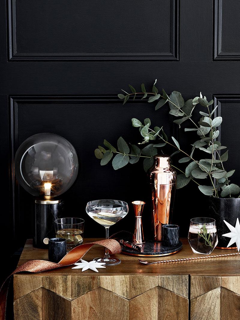 Czerń pięknie komponuje się dekoracjami bożonarodzeniowymi