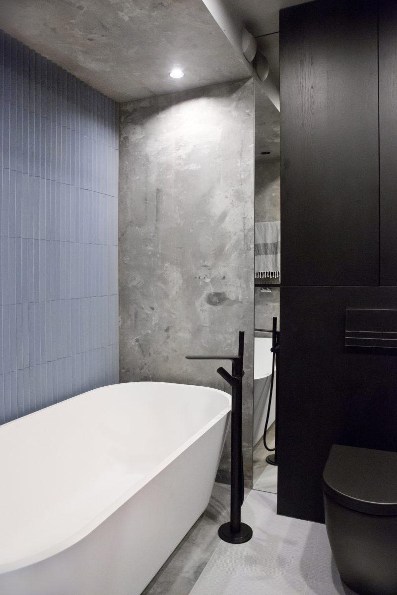 Zabawa zróżnicowanymi fakturami w projekcie łazienki: kamienna wanna HushLab, płytki IH Selection imitujące beton i drapowane od Mutiny (proj. Ewa Tarapata)