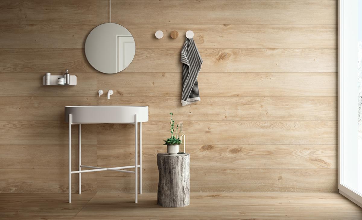 Drewno możemy wprowadzić do wnętrza również za sprawą ceramiki. Spektakularny efekt otrzymamy, stawiając na płytki wielkoformatowe.