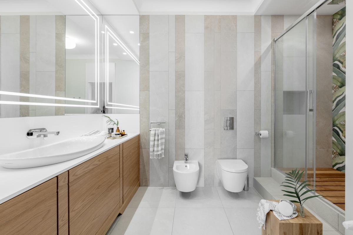 Aranżacja łazienki nawiązująca do natury powinna zachwycać harmonią (proj. JT Grupa)
