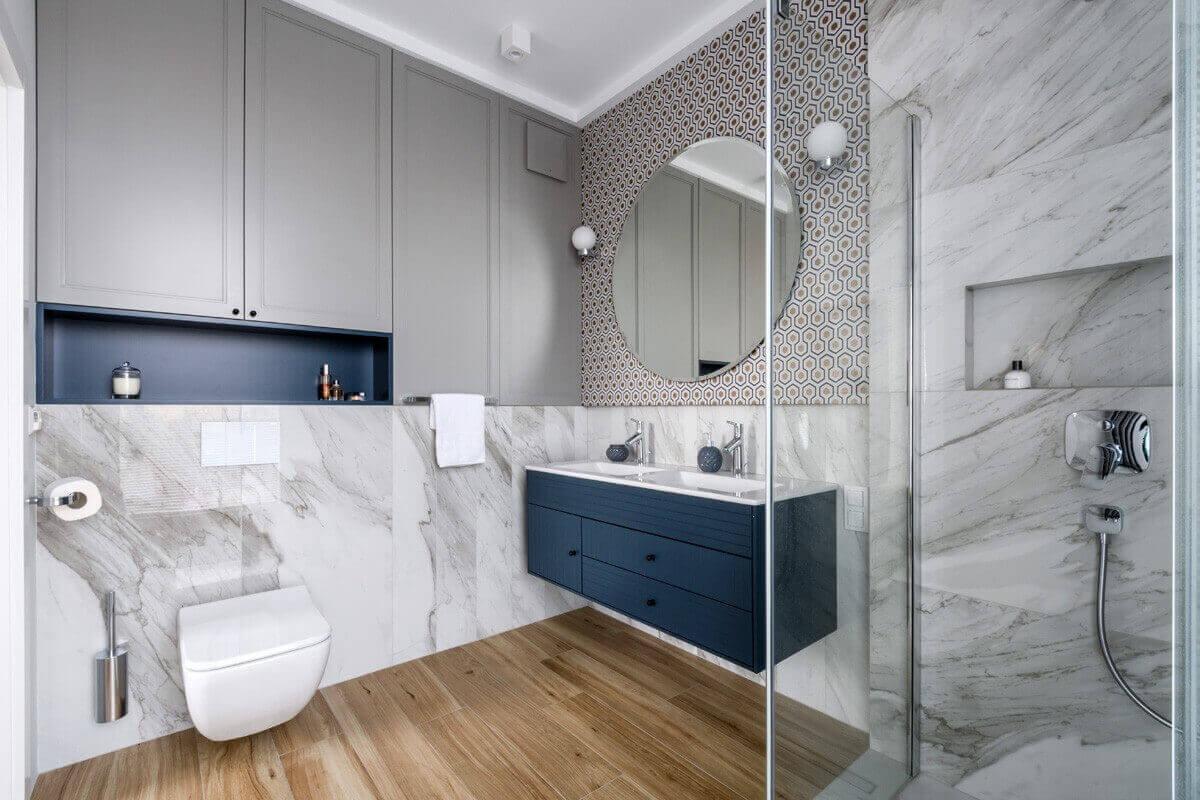 Zabudowa łazienkowa w kolorze classic blue jako subtelny akcent kolorystyczny w stonowanej aranżacji łazienki (proj. 3 Deko)