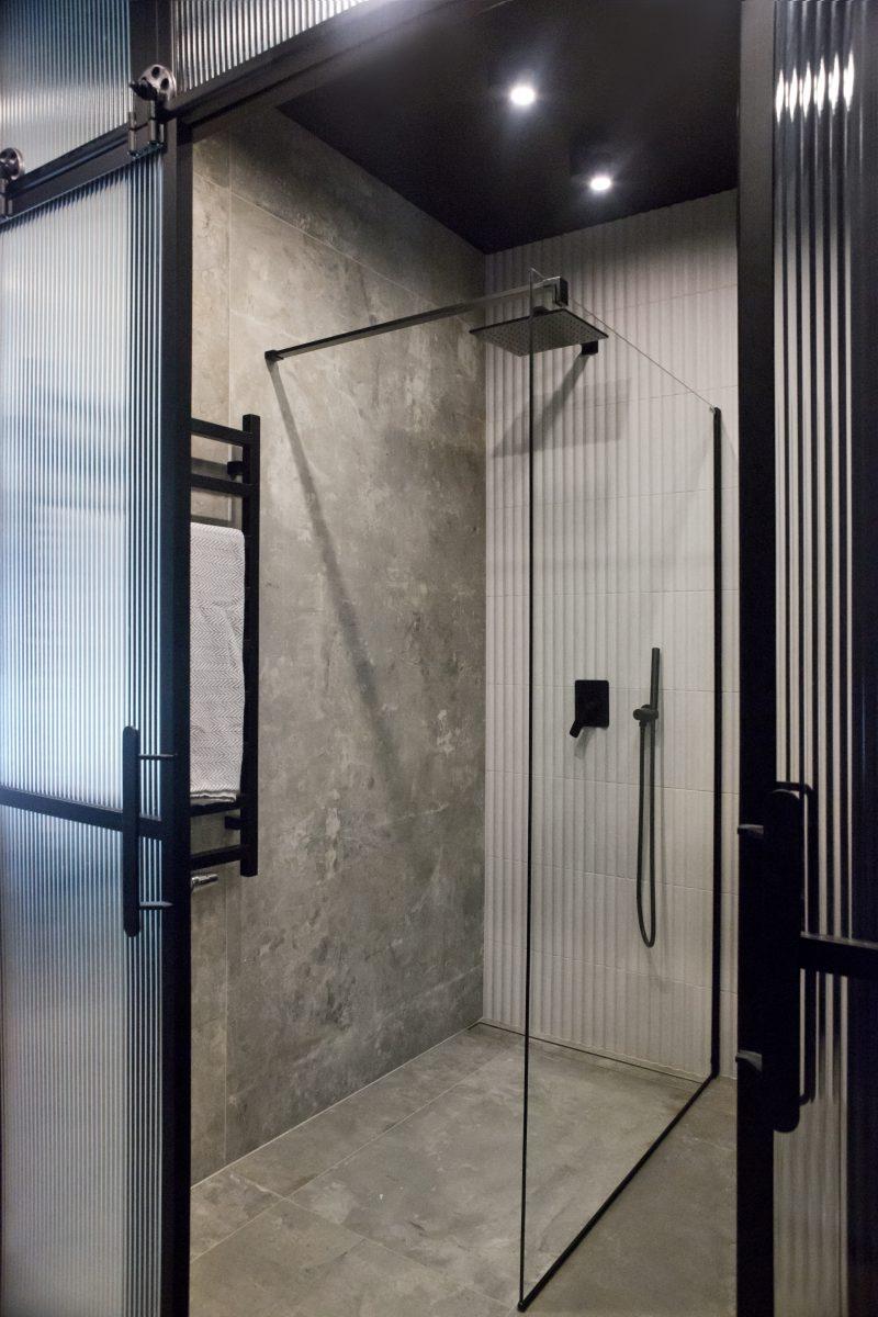 Płytka wielkoformatowa w strefie prysznicowej | proj. Ewa Tarapata