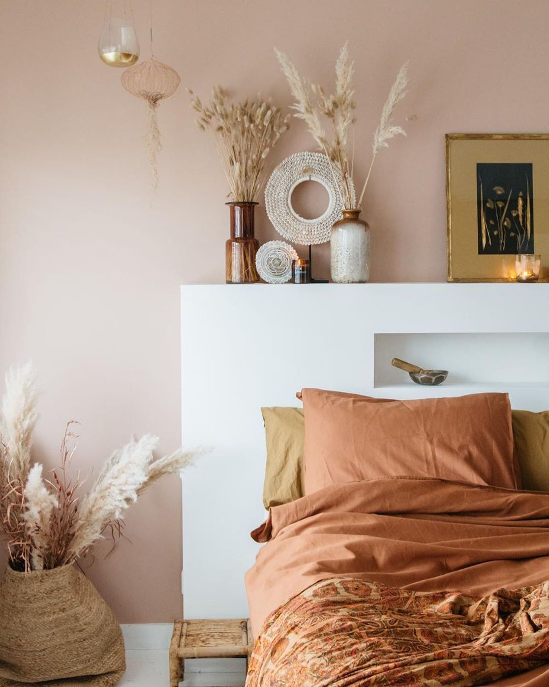 Niezwykle ciepła stylizacja sypialni