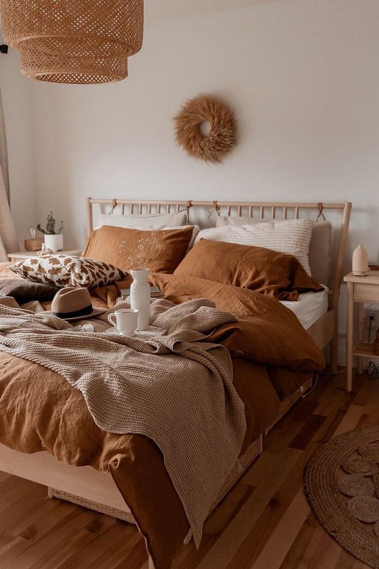 Sypialnia otulona przytulnym karmelem