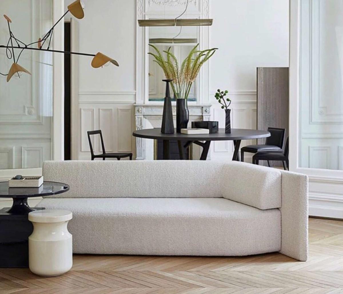 Nietuzinkowa forma i tkanina sofy w eleganckim wnętrzu