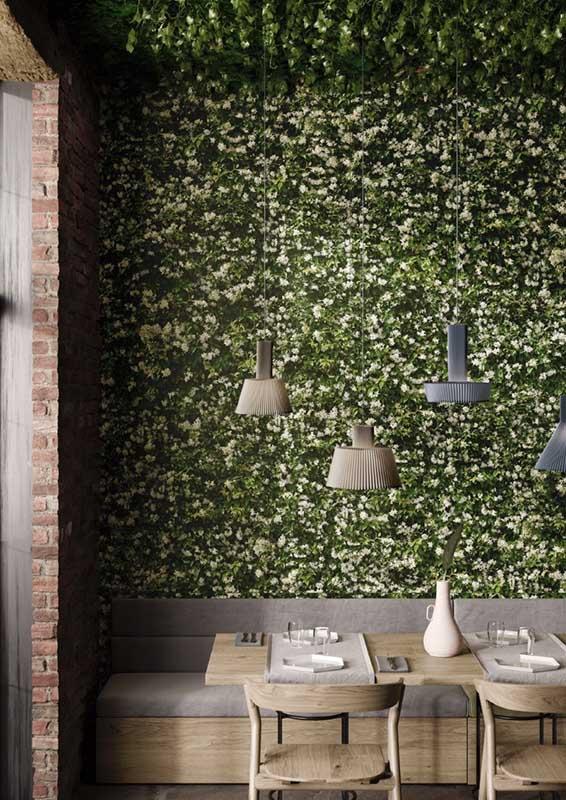 Płytki wielkoformatowe z motywem żywej roślinności marki Casalgrande Padane w restauracji