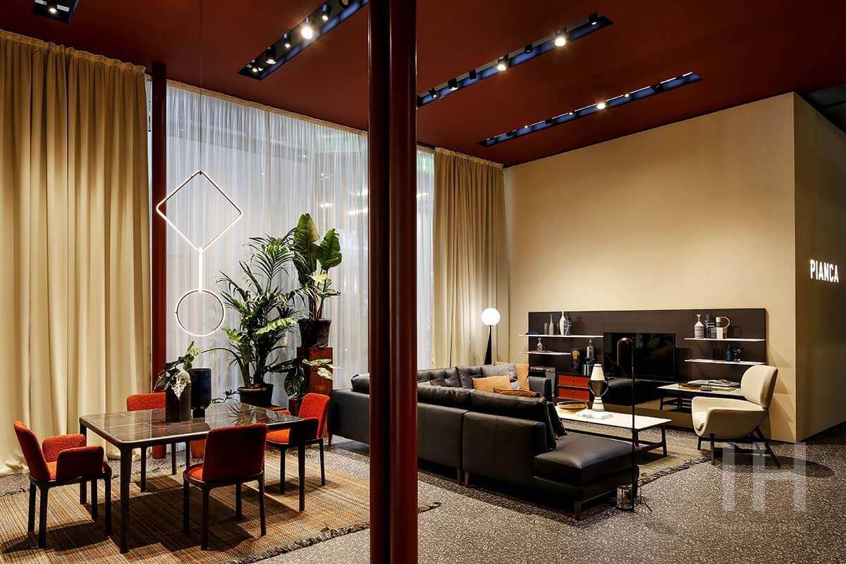 Stoisko marki Pianca na targach Salone del Mobile Milano 2019 z krzesłami w tapicerce z bukli