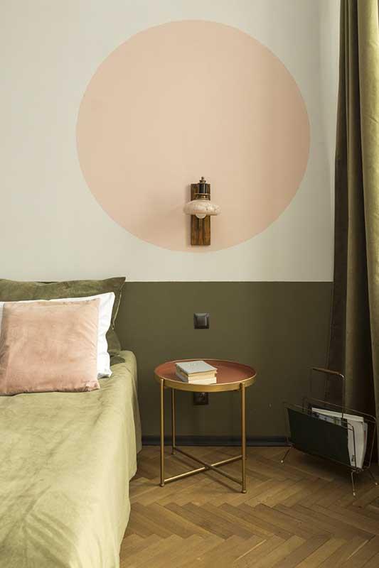 Połączenie zgniłej zieleni i koralowego różu w sypialni (proj. Hyz Projektuje, zdj. Kąty Proste)