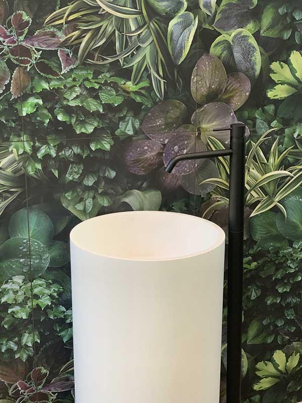 Umywalka podłogowa z kamienia marki Hushlab dostępna w Internity Home i Prodesigne