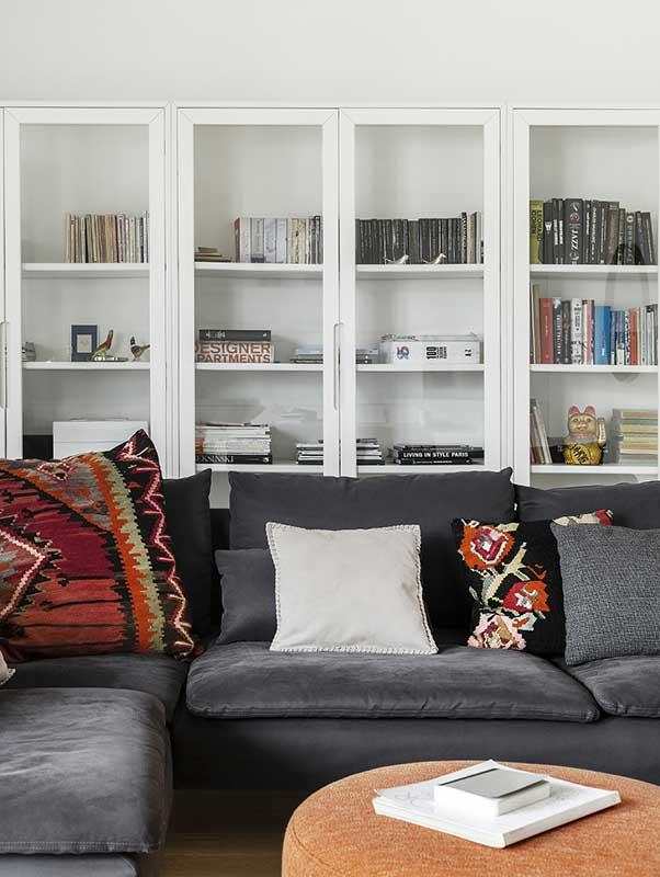 Poduszki  w stylu meksykańskim w minimalistycznym salonie | proj. LAVA projektowanie wnętrz