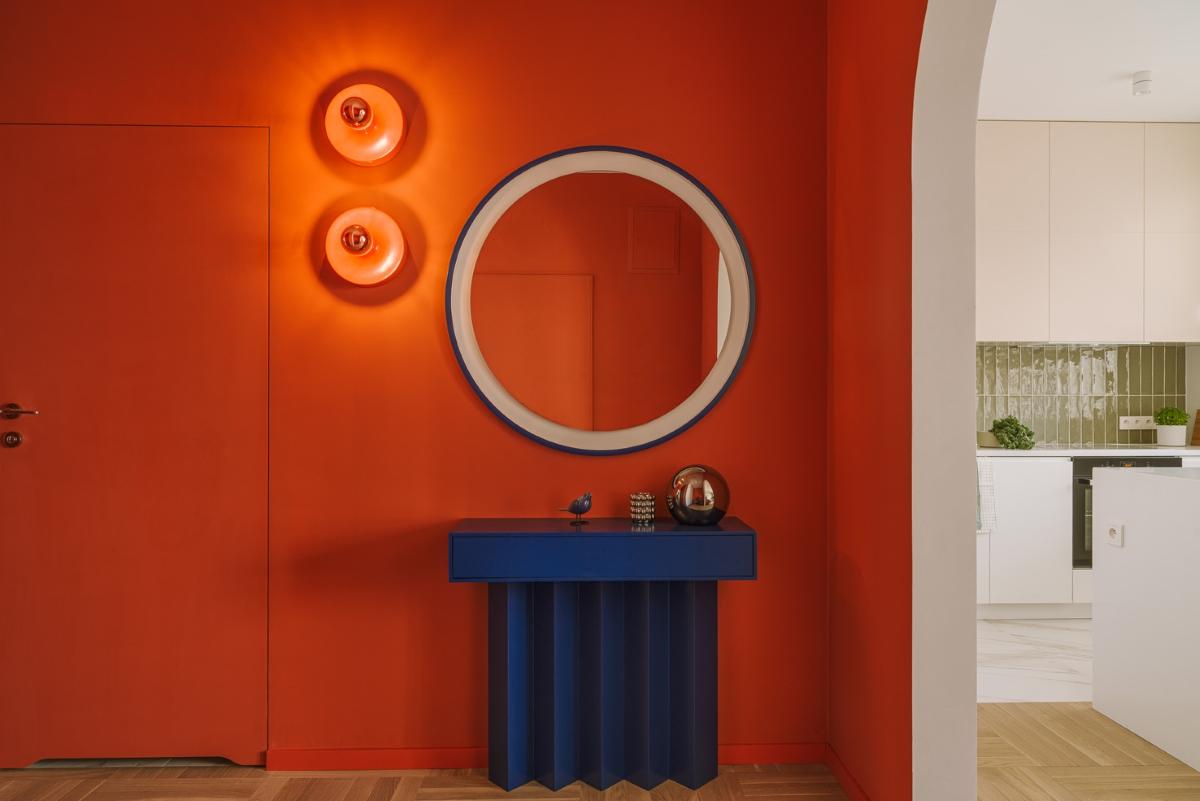 Żywy pomarańcz (Flame Scarlet) połączony z głębokim grantem (Classic Blue), w tle zieleń w odcieniu Chive | proj. Dziurdzia Projekt, fot. PION