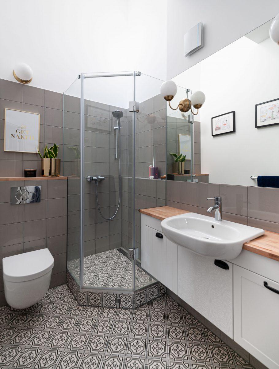 szara łazienka z wzorzystą podłogą