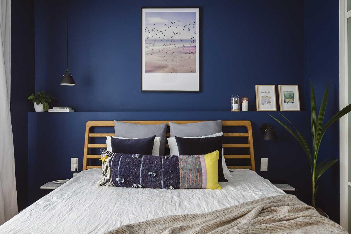 Ściana w kolorze Classic Blue w sypialni | Projekt: STUDIO MONOCCO; Zdjęcia: Hanna Połczyńska @kroniki