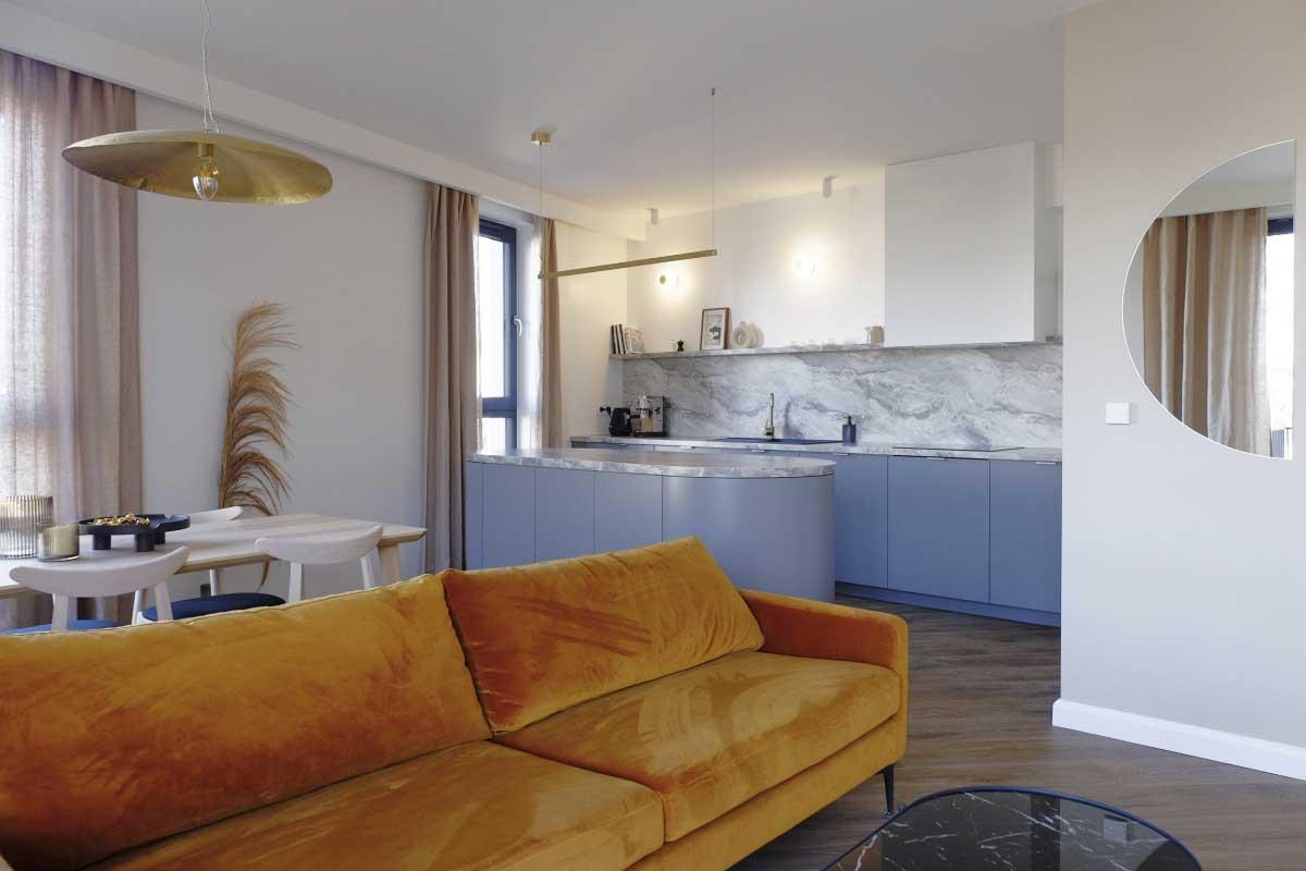 Nowoczesne mieszkanie z miedzianą sofą | Projekt Małgorzata Caban Architektura Wnętrz