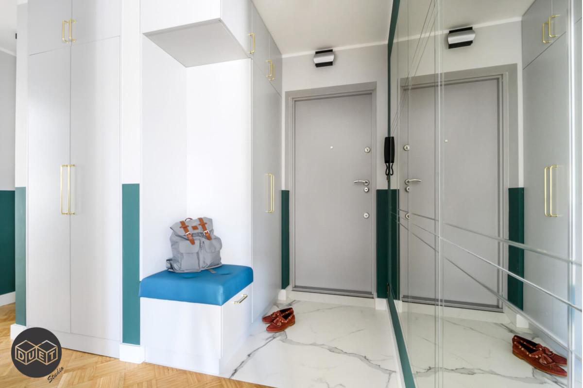 Kompromis mocnego koloru ze stonowanym - nowoczesne lamperie | proj. Duet Studio