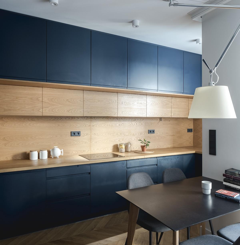 Projekt mieszkania z granatową kuchnią Wachowicz Architekci