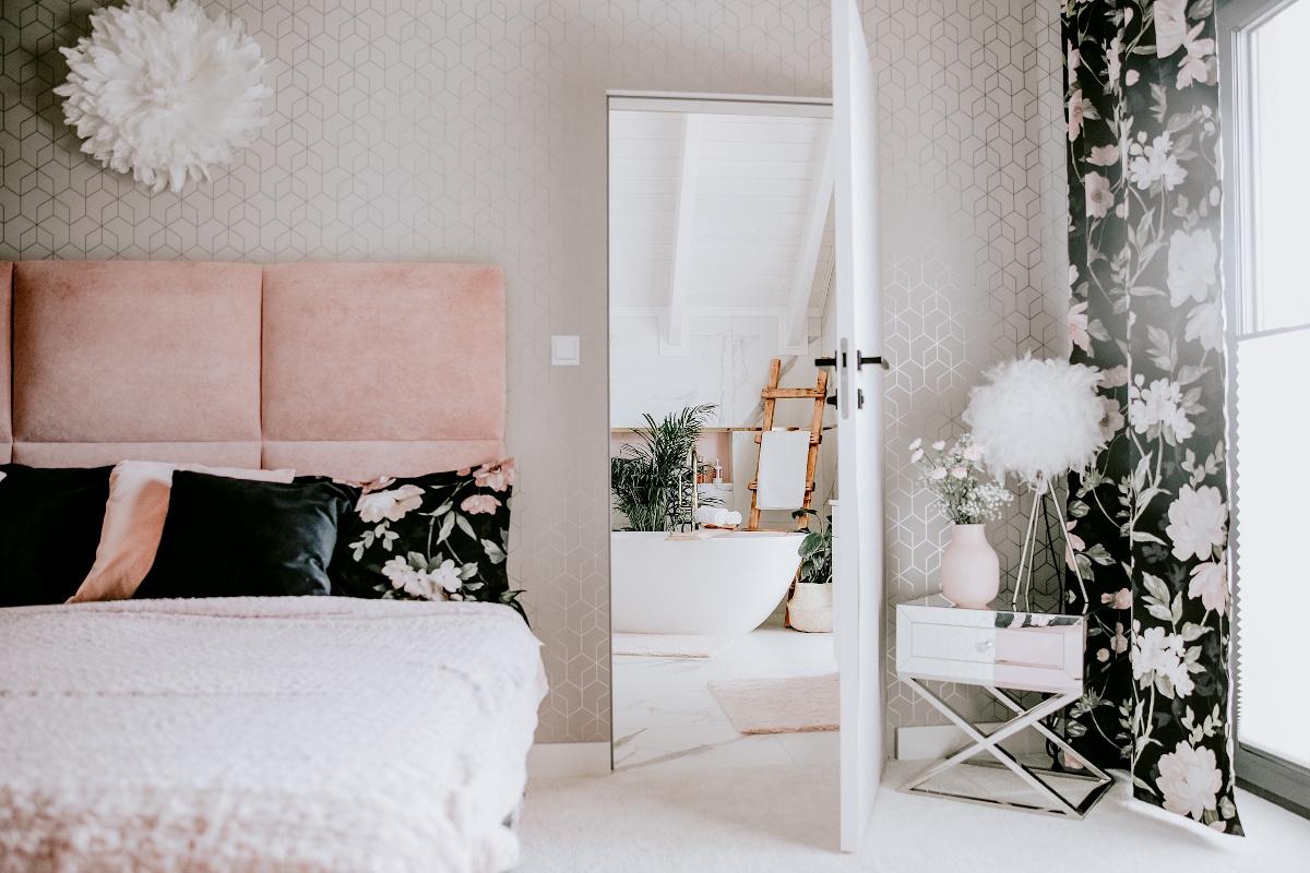 Kobieca sypialnia | źródło: @nasza.nowoczesna.stodola